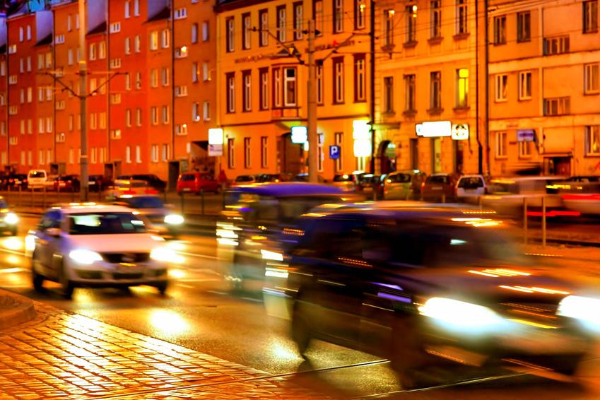 Polacy jeżdżą sprowadzanymi autami. Tylko w Warszawie przeważają samochody zarejestrowane po raz pierwszy w Polsce<