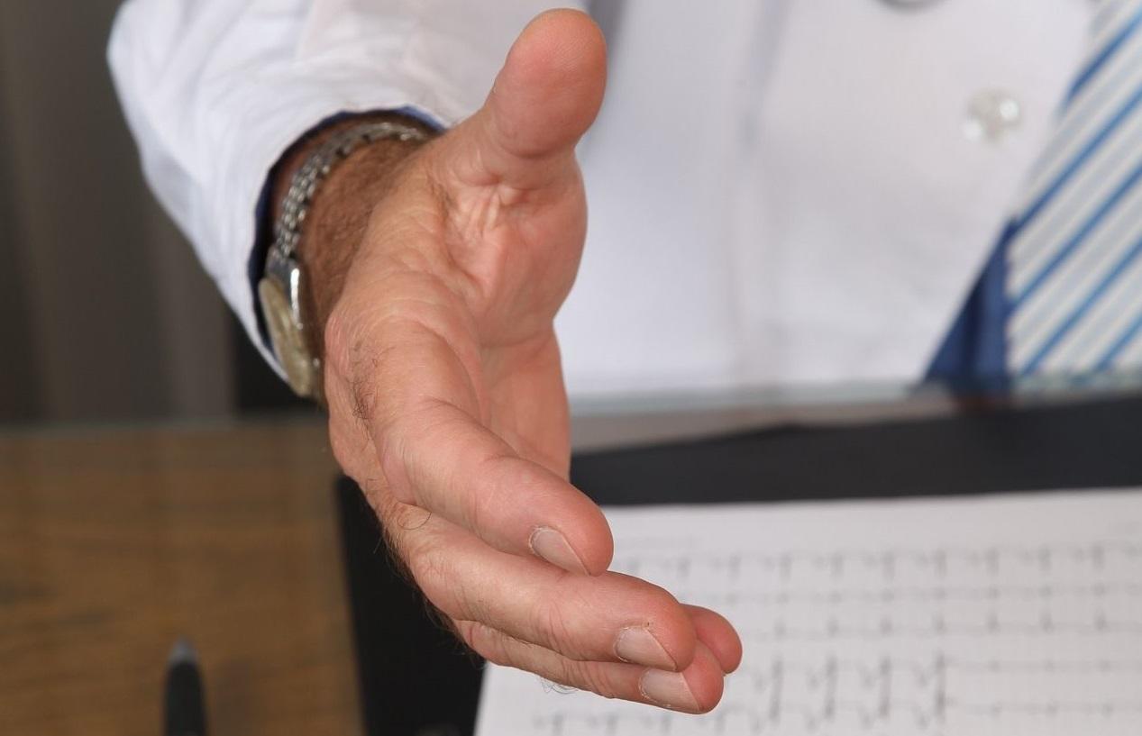 Koniec z prowizjami dla pośredników ubezpieczeniowych? Ich wynagrodzenie mieliby opłacać… klienci