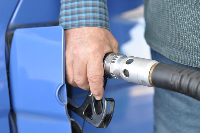 Wzrost opłaty paliwowej to nie wszystko. Jakie podwyżki czekają jeszcze na kierowców w 2017 roku?<