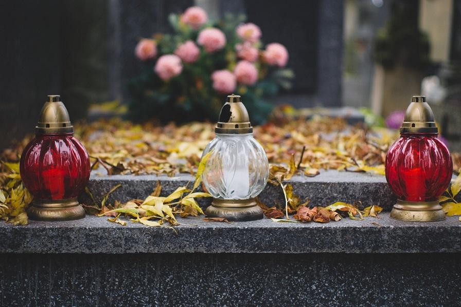 Jak bezpiecznie dojechać na groby? Zaplanuj podróż na Święto Zmarłych<